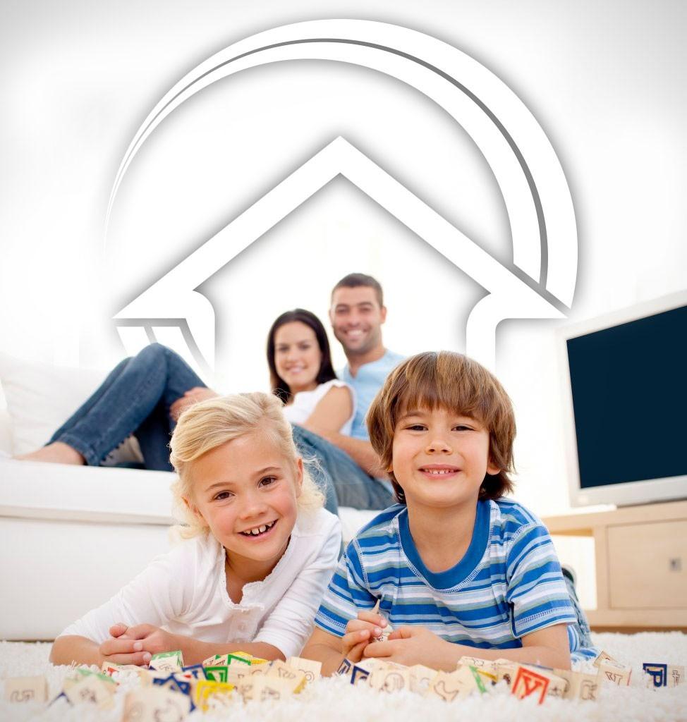 Glückliche Familie in ihrem neuen energieeffizientem Haus